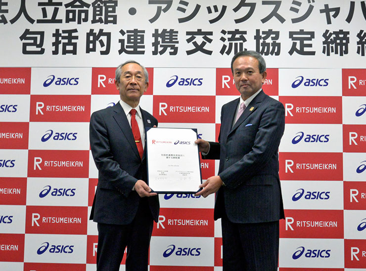 Chancellor of the Ritsumeikan Trust, Mikio Yoshida (left) and President and Representative Director, ASICS Japan Corporation, Manabu Nishimae (right)