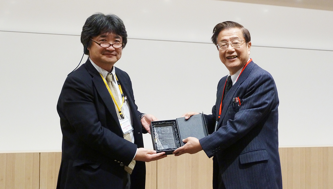 Dr. Yasushi Nanishi receiving the ISPlasma Special Recognition Award