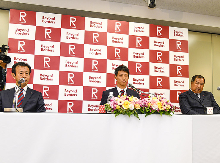 At the press conference: Tatsumi (center); team manager Masatsugu Hongo (left); and head coach Noboru Goto (right)