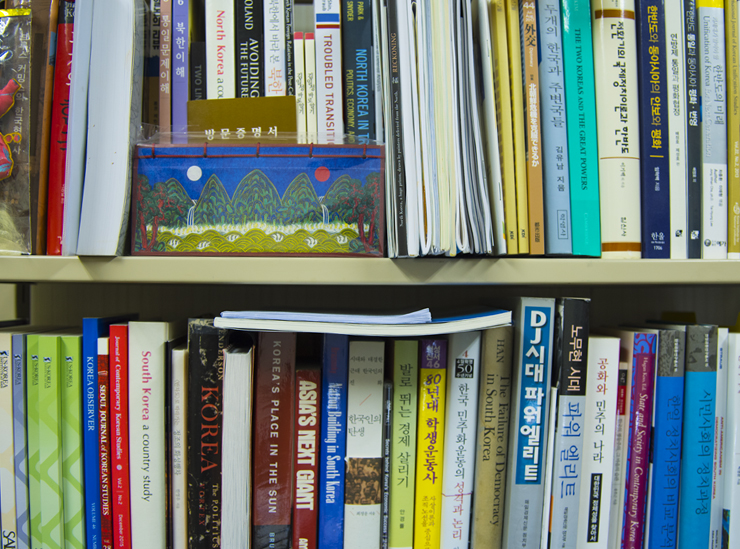 A close up of a section of Professor Lim's bookcase in her study on Kinugasa Campus Kyoto. The bookshelf features a mixture of books in both English and Korean.