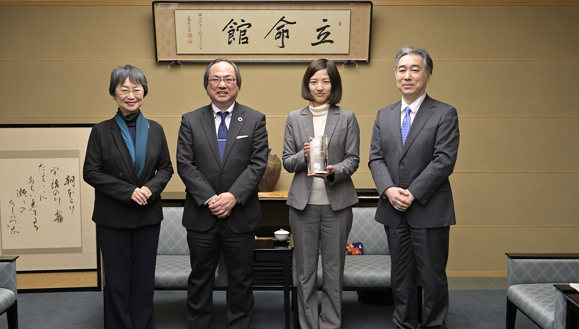 Ritsumeikan Professor Hasegawa highly cited researcher 2019 poses with President of Ritsumeikan University Yoshio Nakatani together with the Vice President Matsubara and  Dean of the College of Science and Engineering Shigeru Takayama